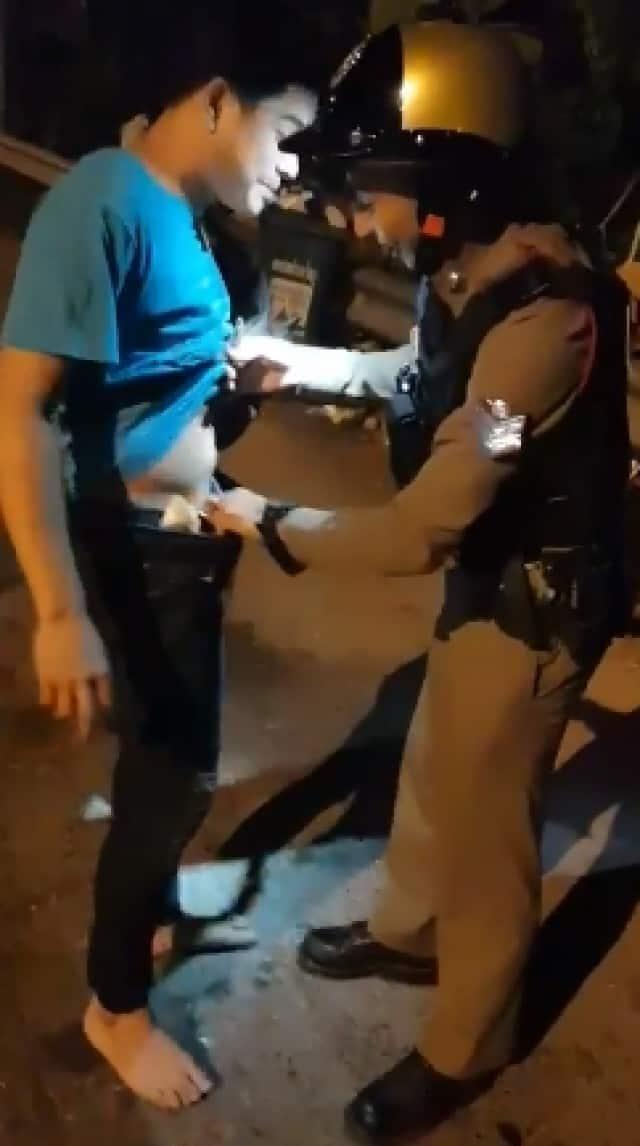 , หนุ่มงานเข้า เมื่อออกจากบ้านกลางดึก ถูกตำรวจดักตรวจ, ลุงรวย(ใคร)