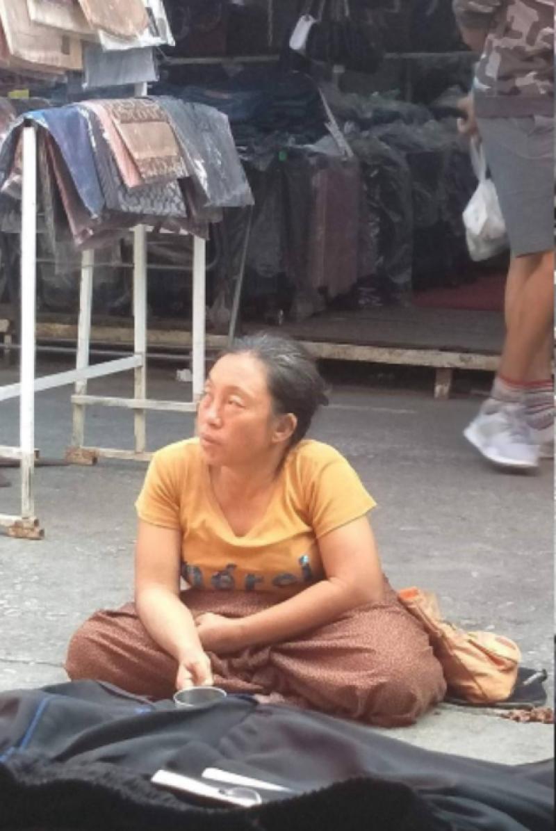 , ขอทานหญิงขาประจำ ถึงกับนั่งหลับ ตลาดเงียบเหงาไม่มีคน, ลุงรวย(ใคร)